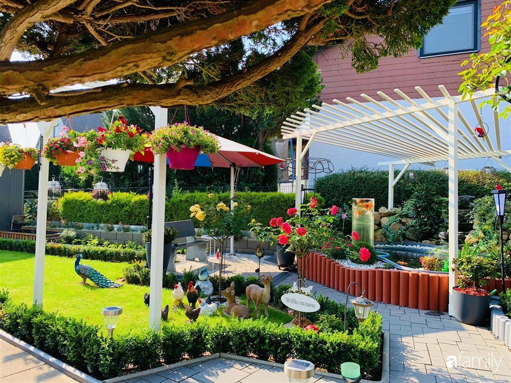 Vườn hoa 500m² đẹp như cổ tích được tạo bởi tình yêu thiên nhiên của cặp vợ chồng dành cả thanh xuân để trồng cây-1