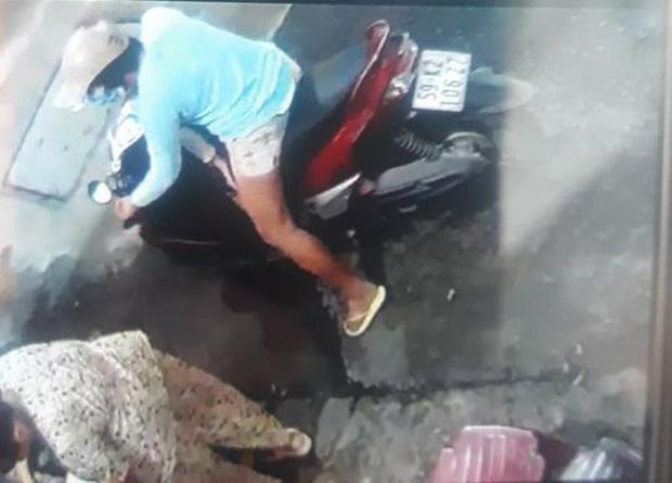 Đã bắt được người phụ nữ chở con dàn cảnh trộm túi tiền của cụ bà bán tạp hóa ở Sài Gòn-1