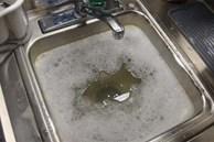 Muốn bồn rửa bát trong bếp không bị tắc thì đừng đổ 5 thứ này vào bên trong, nếu không sẽ rất khó xử lý