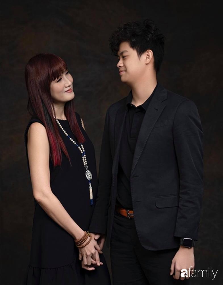 Con trai diễn viên Hiền Mai: Hồi nhỏ ốm nhom vì suy dinh dưỡng, mẹ cho ăn cơm vàng giờ 16 tuổi cao 1m80-1