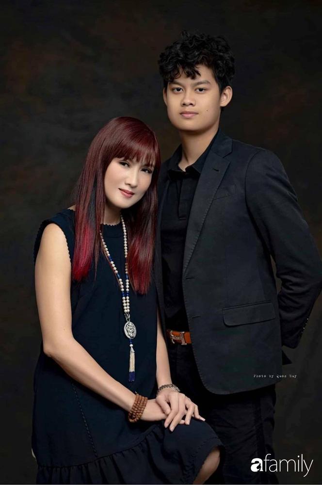 Con trai diễn viên Hiền Mai: Hồi nhỏ ốm nhom vì suy dinh dưỡng, mẹ cho ăn cơm vàng giờ 16 tuổi cao 1m80-2