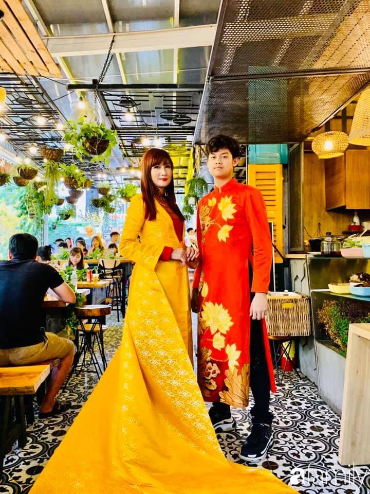 Con trai diễn viên Hiền Mai: Hồi nhỏ ốm nhom vì suy dinh dưỡng, mẹ cho ăn cơm vàng giờ 16 tuổi cao 1m80-4