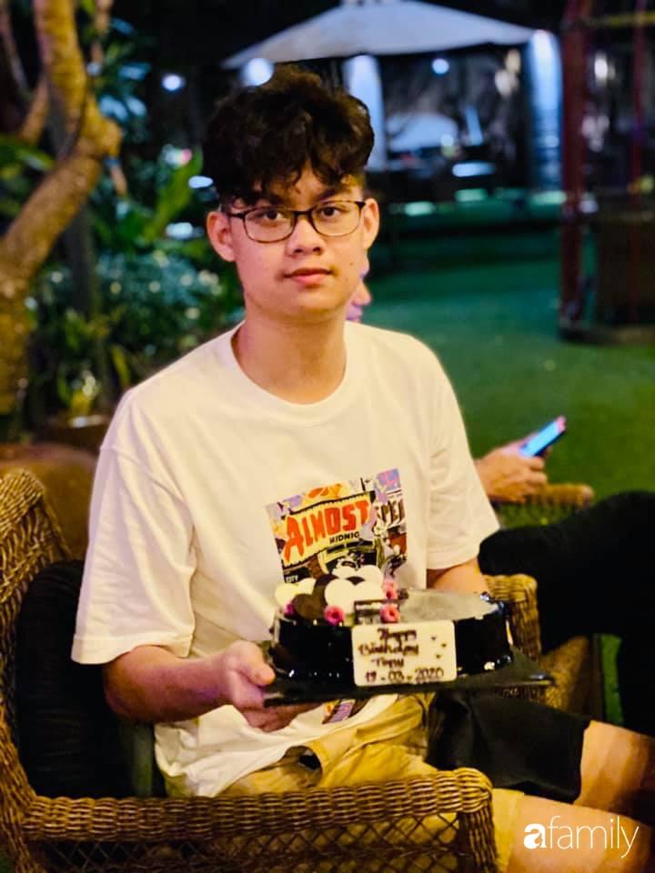 Con trai diễn viên Hiền Mai: Hồi nhỏ ốm nhom vì suy dinh dưỡng, mẹ cho ăn cơm vàng giờ 16 tuổi cao 1m80-5