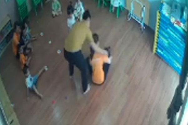 Thông tin mới nhất về vụ việc phụ huynh đánh trẻ 2 tuổi ở Lào Cai: Kỷ luật 2 giáo viên-1