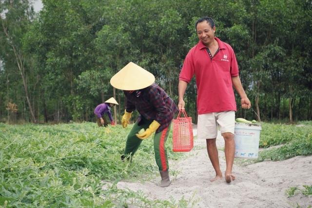 Dưa non tăng giá gấp 3, nông dân vét sạch ruộng cũng không đủ bán-5
