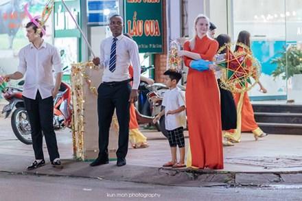 Hình ảnh đẹp nhất đêm Trung thu hôm qua: 3 người nước ngoài ăn mặc chỉnh tề, khuôn mặt hào hứng cầm đèn ông sao đi chơi khiến dân mạng cực thích thú