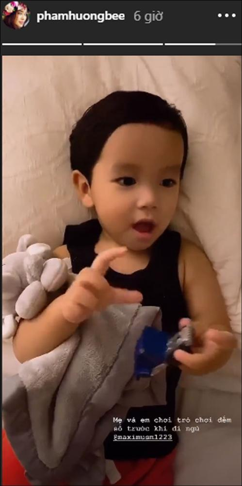 Quý tử kháu khỉnh chưa đầy 2 tuổi của HH Phạm Hương trước khi ngủ vẫn bắn tiếng Anh, nhìn qua đã biết mẹ dạy con khéo thế nào!-1