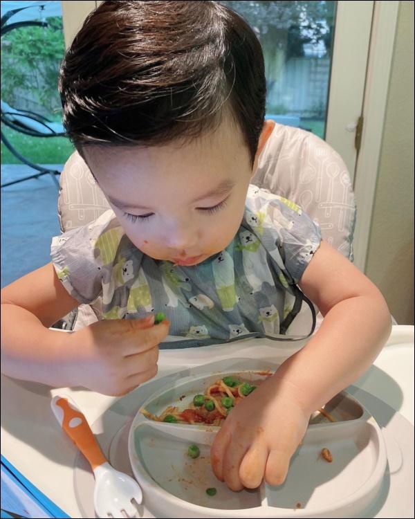 Quý tử kháu khỉnh chưa đầy 2 tuổi của HH Phạm Hương trước khi ngủ vẫn bắn tiếng Anh, nhìn qua đã biết mẹ dạy con khéo thế nào!-4