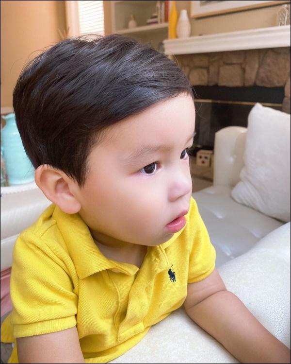 Quý tử kháu khỉnh chưa đầy 2 tuổi của HH Phạm Hương trước khi ngủ vẫn bắn tiếng Anh, nhìn qua đã biết mẹ dạy con khéo thế nào!-5