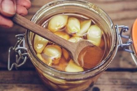 Tỏi ngâm mật ong: Món đồ uống được coi là thần dược cho sức khỏe và thời điểm uống tốt nhất để phòng trị bệnh hiệu quả nhất
