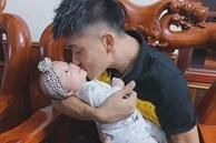 Phan Văn Đức khiến tất cả phì cười với biểu cảm 'nũng nịu' khi cố gắng nhờ vợ bế con gái