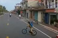 Tài xế đánh lái tránh bé trai sang đường