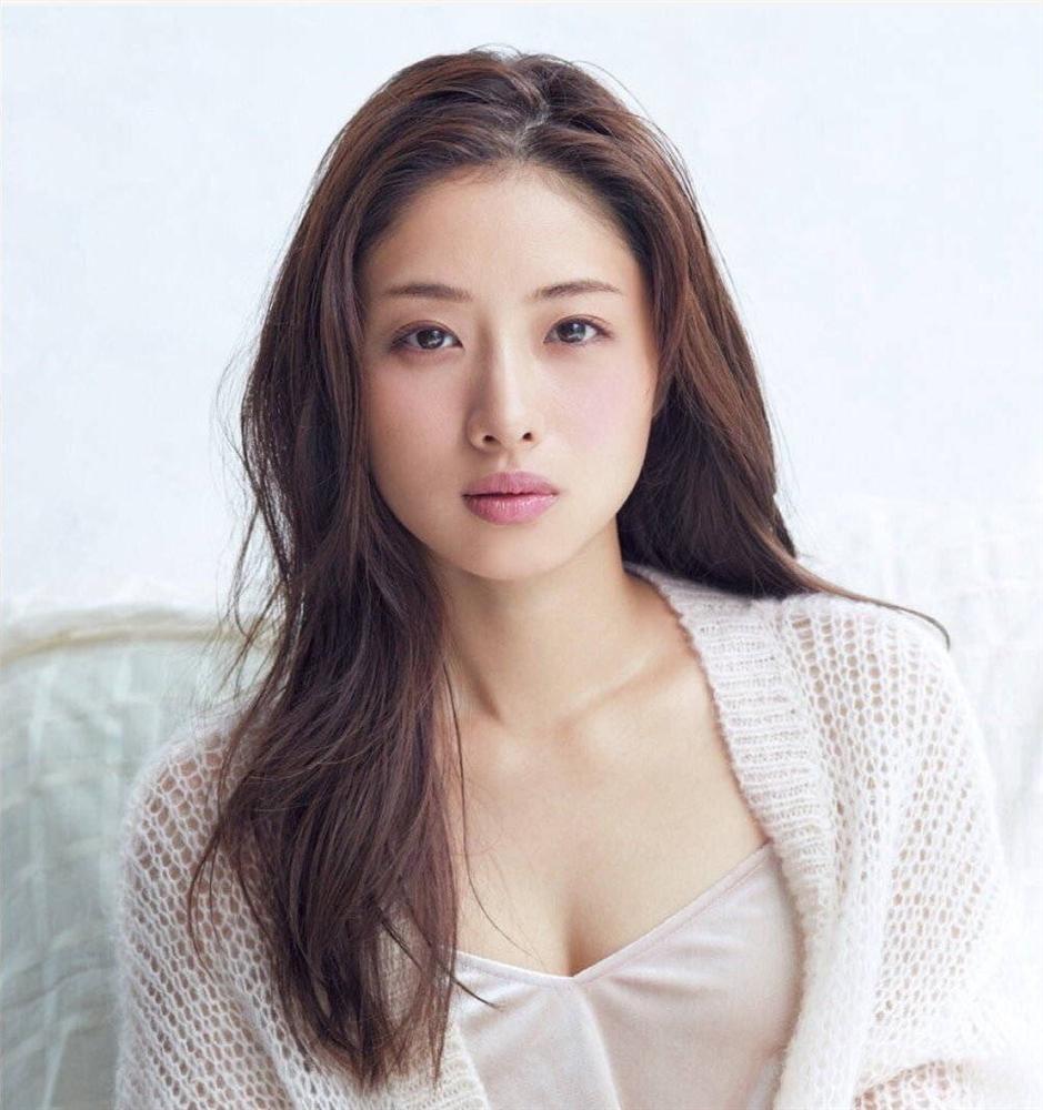 Nàng Kim Tae Hee nước Nhật: Mỹ nhân 33 tuổi trẻ như gái 18 với bí quyết dưỡng nhan chỉ nhờ loại thần dược có sẵn tại căn bếp mỗi nhà-3