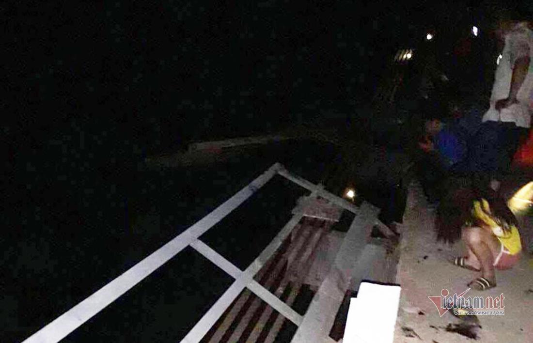 Ô tô đâm xe máy rồi húc đổ lan can cầu rơi xuống sông, 5 người tử vong trong đêm-1