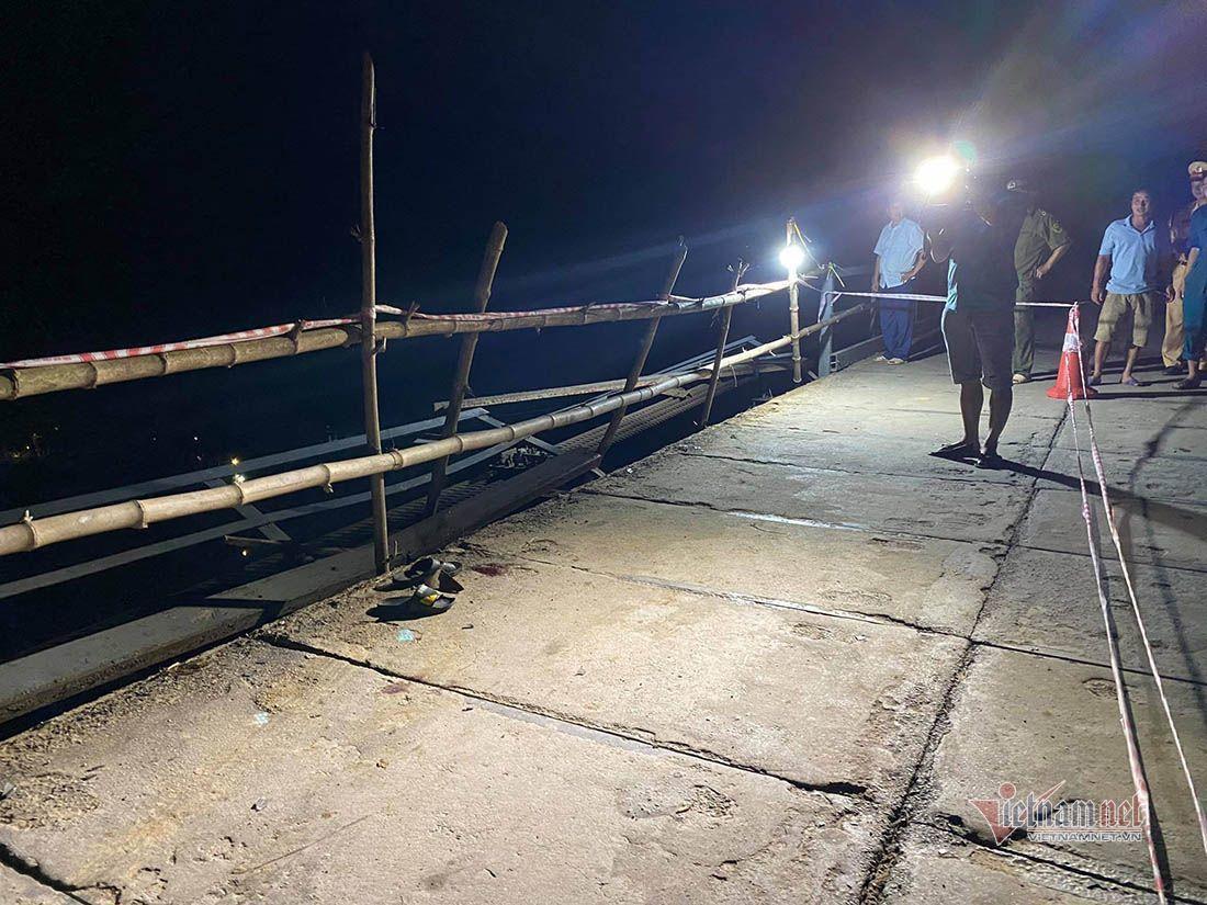 Ô tô đâm xe máy rồi húc đổ lan can cầu rơi xuống sông, 5 người tử vong trong đêm-2