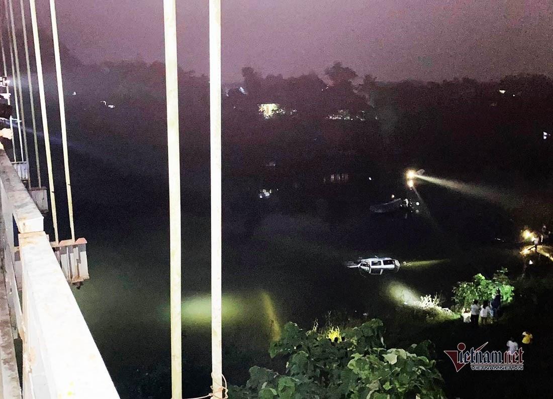 Ô tô đâm xe máy rồi húc đổ lan can cầu rơi xuống sông, 5 người tử vong trong đêm-3