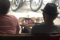 Ngồi ở quán cà phê, hai cụ già mở phim 'nóng' trên điện thoại rồi ngồi xem thản nhiên khiến dân mạng tranh cãi