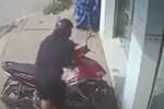 Người phụ nữ lấy trộm thùng sữa rồi giấu vào áo mưa-1