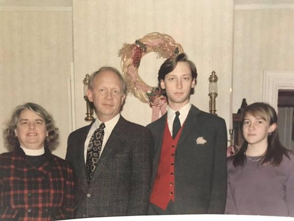 Bức ảnh chụp kỷ niệm dịp Giáng sinh của gia đình 4 người không thể bình thường hơn nhưng chứa đựng chi tiết đặc biệt khiến MXH xôn xao-1
