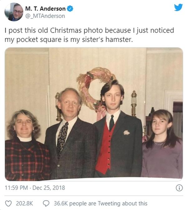 Bức ảnh chụp kỷ niệm dịp Giáng sinh của gia đình 4 người không thể bình thường hơn nhưng chứa đựng chi tiết đặc biệt khiến MXH xôn xao-3