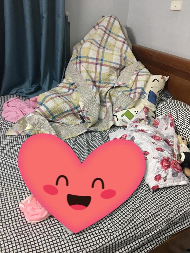 Tự dưng thì thấy chồng đắp chăn ngồi góc giường, vợ tưởng ốm sốt làm sao hóa ra tình trạng nhiều ông bố gặp phải-1