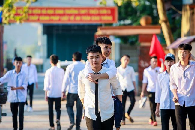 Đạt 28.15 điểm, nam sinh 10 năm cõng bạn đi học trượt NV1 vào Đại học Y Hà Nội, nhưng tiếc nuối nhất là câu chuyện phía sau-1
