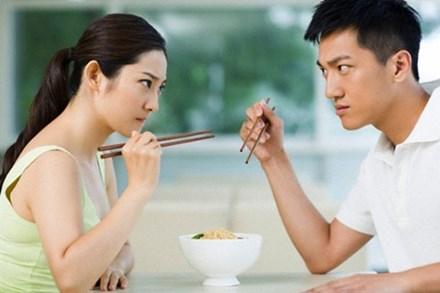 Cô vợ 'stress' nặng khi lấy phải người chồng 'trẻ trâu': Cười khúc khích khi vợ đau đẻ, con khóc nhắm mắt giả vờ ngủ