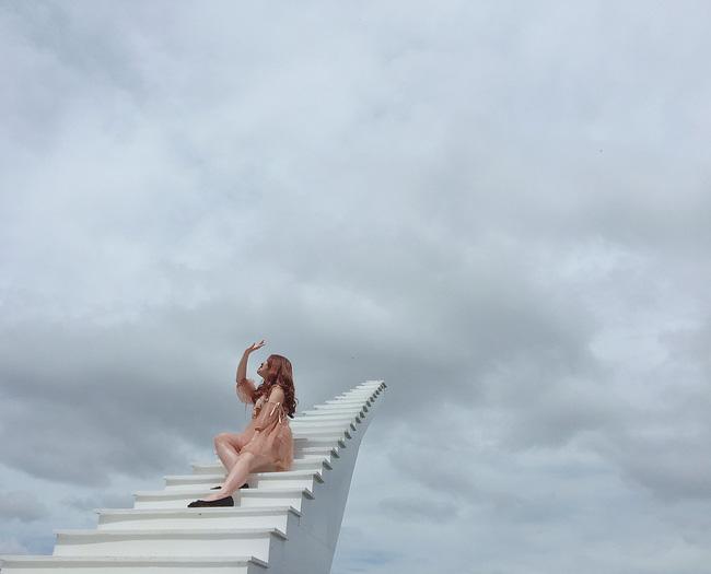 Dân mạng phẫn nộ trước clip người thân để em bé ngồi một mình nguy hiểm trên đỉnh cao nhất nấc thang lên thiên đường ở Sa Pa, bên dưới là vực thẳm mờ sương đáng sợ vô cùng-1