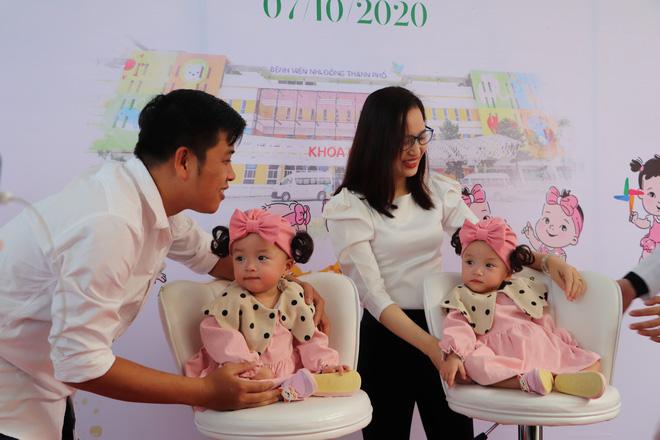 Gần 3 tháng sau ca phẫu thuật tách rời, cặp song sinh Trúc Nhi - Diệu Nhi được xuất viện, xuất hiện cực rạng rỡ và dễ thương-1