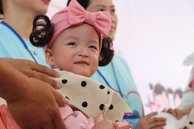 Gần 3 tháng sau ca phẫu thuật tách rời, cặp song sinh Trúc Nhi - Diệu Nhi được xuất viện, xuất hiện cực rạng rỡ và dễ thương-3