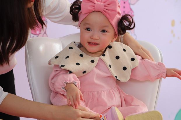 Gần 3 tháng sau ca phẫu thuật tách rời, cặp song sinh Trúc Nhi - Diệu Nhi được xuất viện, xuất hiện cực rạng rỡ và dễ thương-4