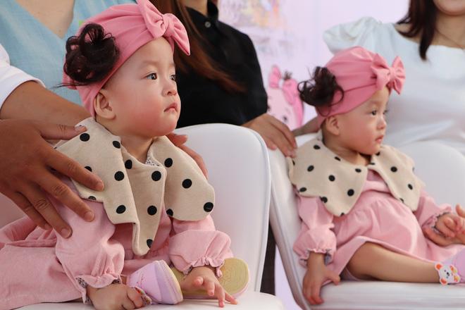 Gần 3 tháng sau ca phẫu thuật tách rời, cặp song sinh Trúc Nhi - Diệu Nhi được xuất viện, xuất hiện cực rạng rỡ và dễ thương-5
