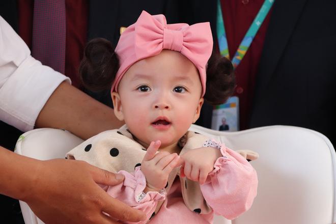 Gần 3 tháng sau ca phẫu thuật tách rời, cặp song sinh Trúc Nhi - Diệu Nhi được xuất viện, xuất hiện cực rạng rỡ và dễ thương-6