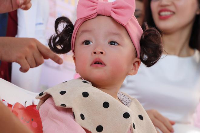 Gần 3 tháng sau ca phẫu thuật tách rời, cặp song sinh Trúc Nhi - Diệu Nhi được xuất viện, xuất hiện cực rạng rỡ và dễ thương-7