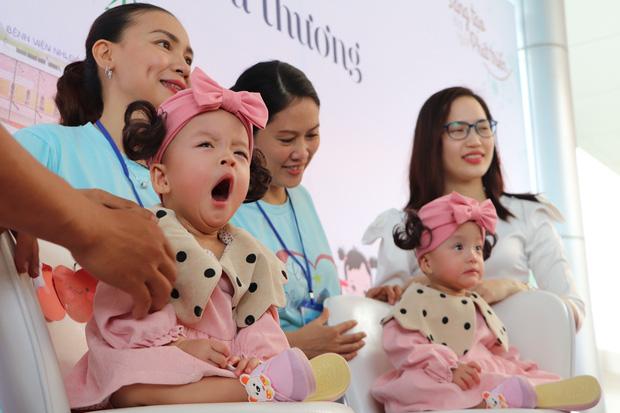 Gần 3 tháng sau ca phẫu thuật tách rời, cặp song sinh Trúc Nhi - Diệu Nhi được xuất viện, xuất hiện cực rạng rỡ và dễ thương-9