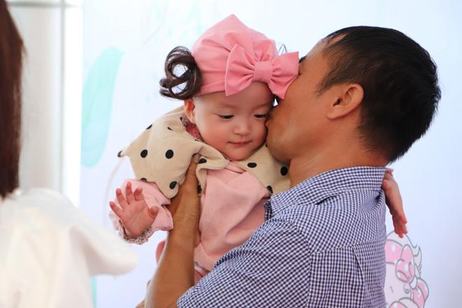 Gần 3 tháng sau ca phẫu thuật tách rời, cặp song sinh Trúc Nhi - Diệu Nhi được xuất viện, xuất hiện cực rạng rỡ và dễ thương-11