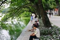 Hồ Gươm 'thay áo mới', người Hà Nội rủ nhau đi dạo trên vỉa hè lát đá đẹp như công viên ở trời Âu, tận hưởng tiết trời thanh mát đầu đông