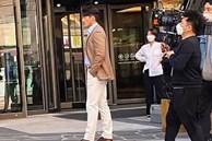 Hyun Bin lộ ngoại hình thật trong ảnh 'chất lượng thấp' được người qua đường chụp lại