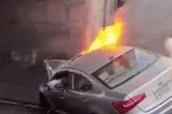 Ôtô bốc cháy sau khi tông vào gầm cầu ở Mỹ