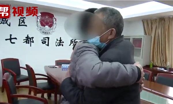 Mẹ chồng nàng dâu túm tóc đánh nhau kinh hoàng, 2 con trai vẫn bình thản quay video và bày tỏ thái độ khiến dân mạng ném đá dữ dội-7