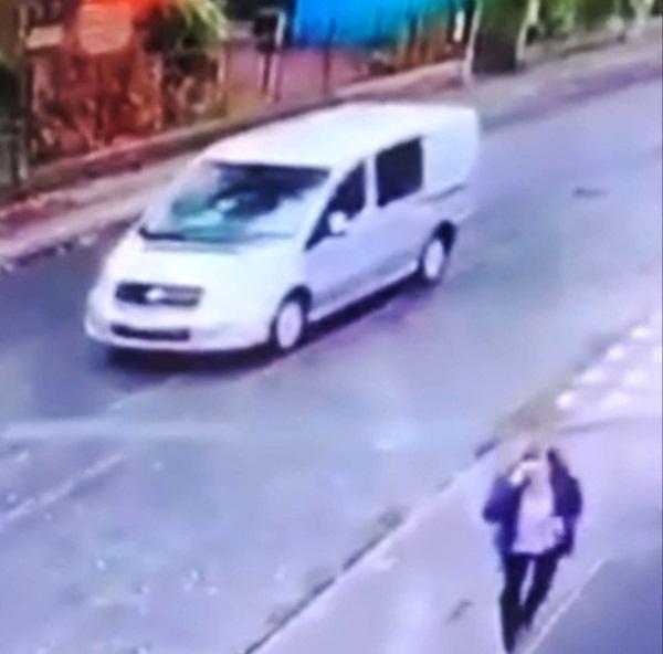 Lôi xềnh xệch người phụ nữ để cướp xe, 2 gã đàn ông không ngờ 3 nhân vật xuất hiện ở ghế sau buộc chúng phải dừng lại và kết cục khó hiểu-3