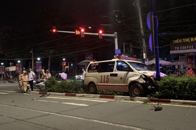 Xe cấp cứu chở người bệnh tông người đi xe máy nguy kịch rồi trèo lên giữa dải phân cách-1