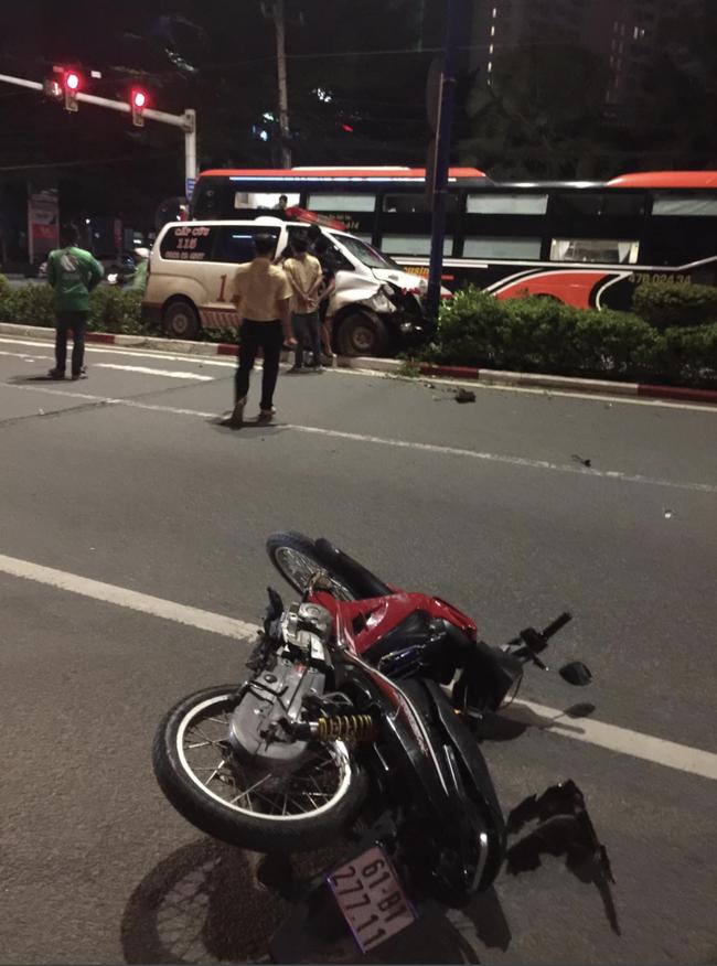 Xe cấp cứu chở người bệnh tông người đi xe máy nguy kịch rồi trèo lên giữa dải phân cách-2