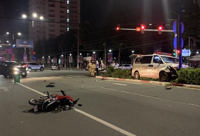 Xe cấp cứu chở người bệnh tông người đi xe máy nguy kịch rồi trèo lên giữa dải phân cách-3