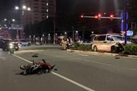 Xe cấp cứu chở người bệnh tông người đi xe máy nguy kịch rồi trèo lên giữa dải phân cách