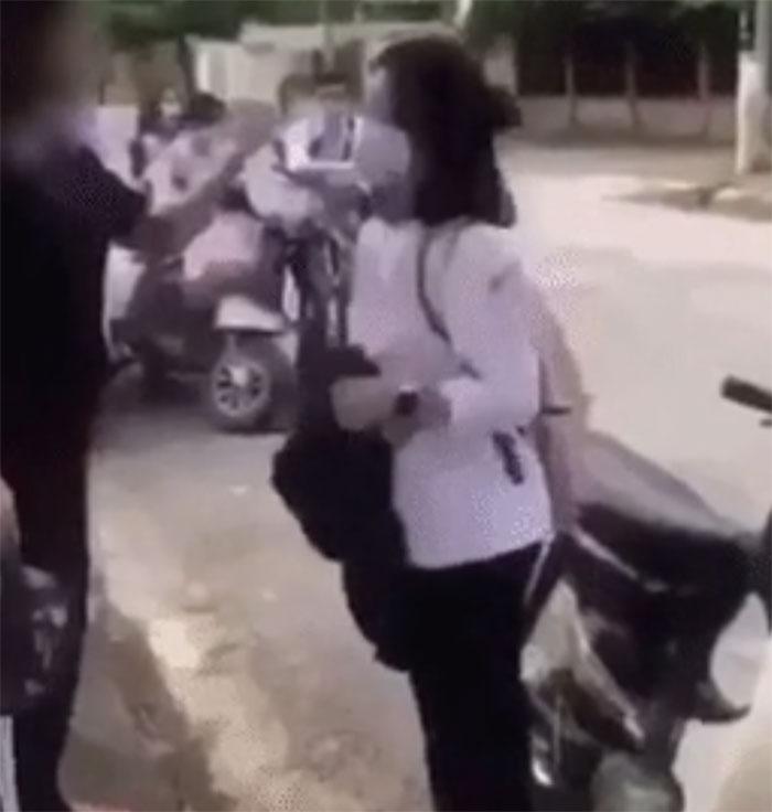 Clip: Nữ sinh bị đánh hội đồng ngay bên đường, quỳ gối xin lỗi vẫn bị túm tóc tát tới tấp-1