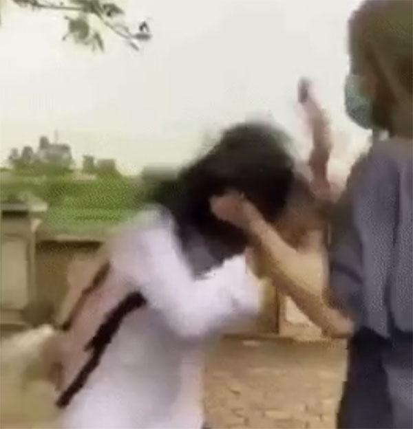 Clip: Nữ sinh bị đánh hội đồng ngay bên đường, quỳ gối xin lỗi vẫn bị túm tóc tát tới tấp-2