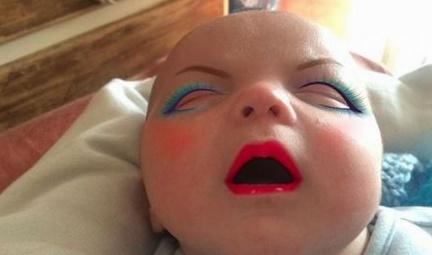 Thấy con sinh ra xấu xí, mẹ trẻ trang điểm đậm cho đứa trẻ, lúc tẩy trang thì choáng váng-2