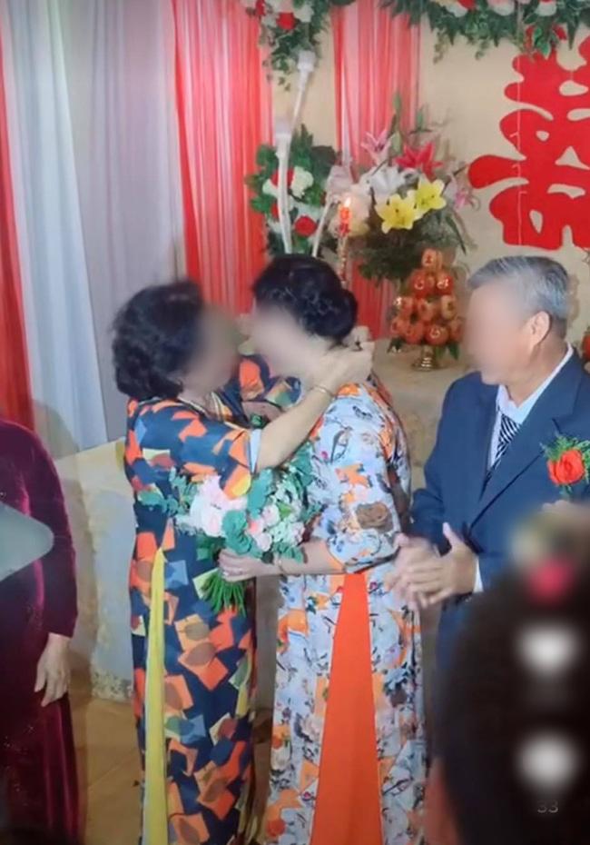 Màn trao vàng trong đám cưới bất ngờ chưa từng có khiến đám đông ngỡ ngàng, lí do sau hành động ấy mới là điều gây chú ý-2