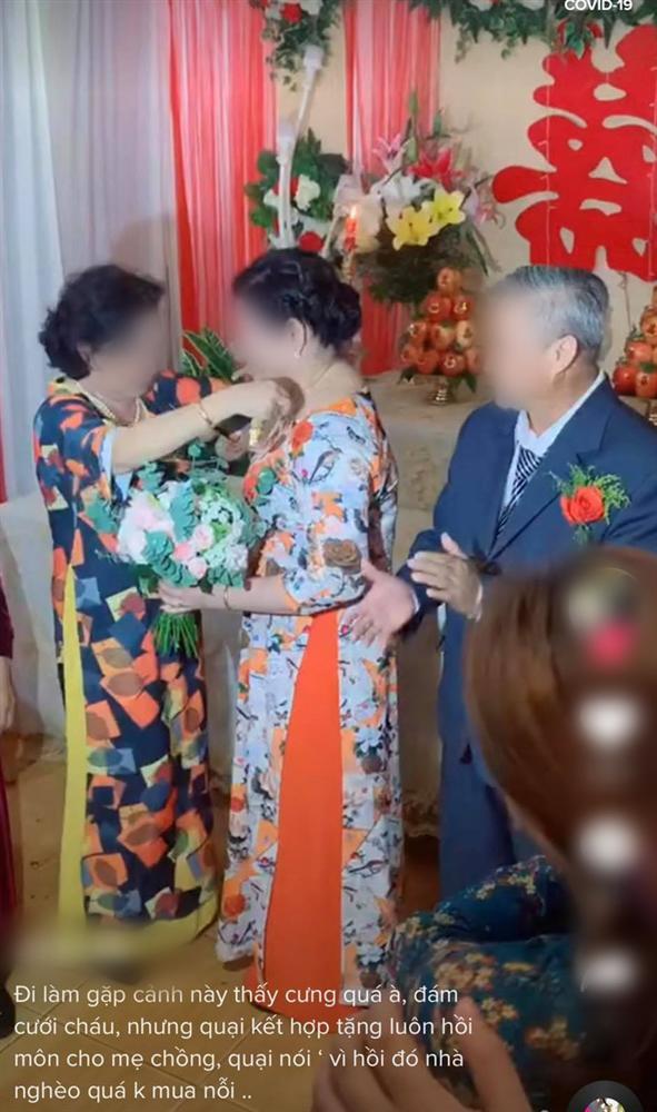 Màn trao vàng trong đám cưới bất ngờ chưa từng có khiến đám đông ngỡ ngàng, lí do sau hành động ấy mới là điều gây chú ý-3